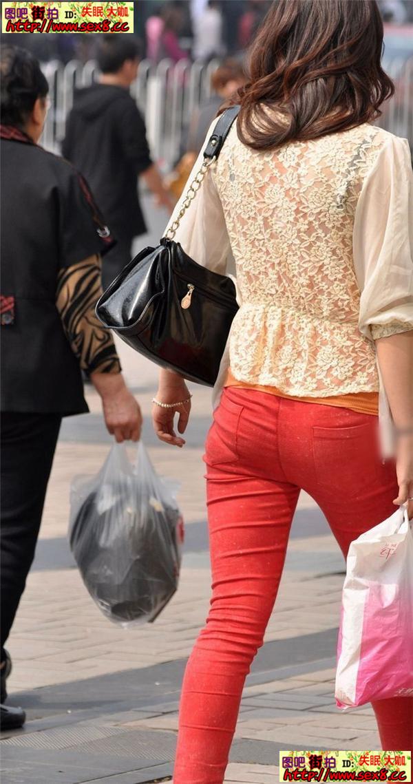 夏日街拍 极品街拍 街拍红色紧身裤的时尚美女图片
