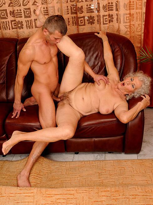 Бабушка заставила внука виебать ее
