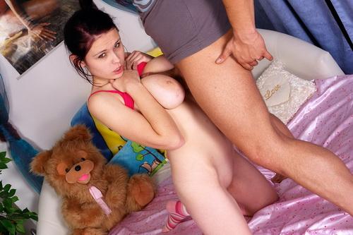 Молодая грудастая девушка отдалась на массажном столе