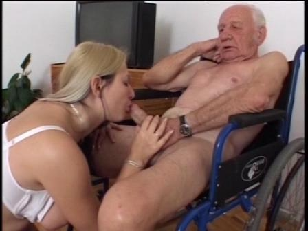 видео девушка с большими сиськами и старик увидеть, как две