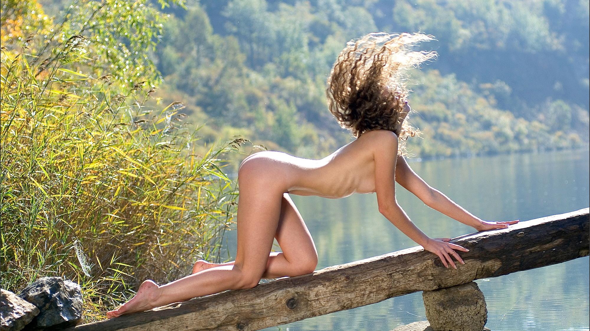 Фото голая девушка на бревнах 5 фотография