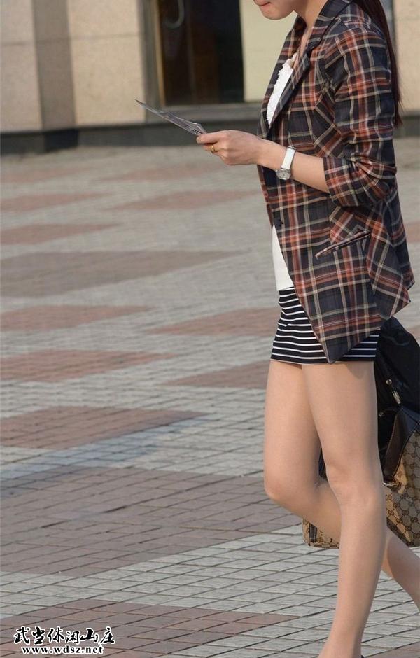 街拍横纹短裙肉色丝袜美女