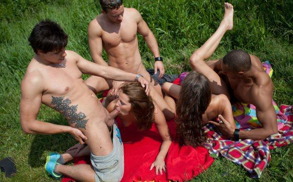 Секс фото оргия озеро