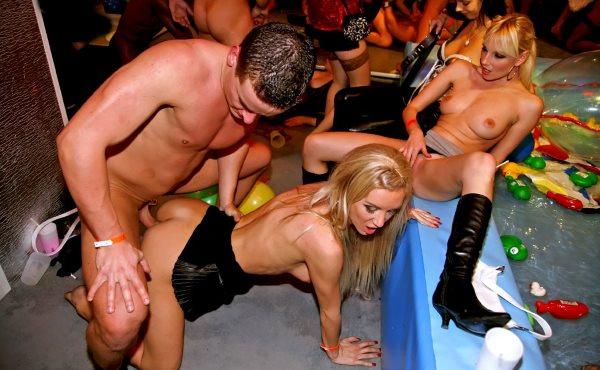 групповое порно видео в клубе представления