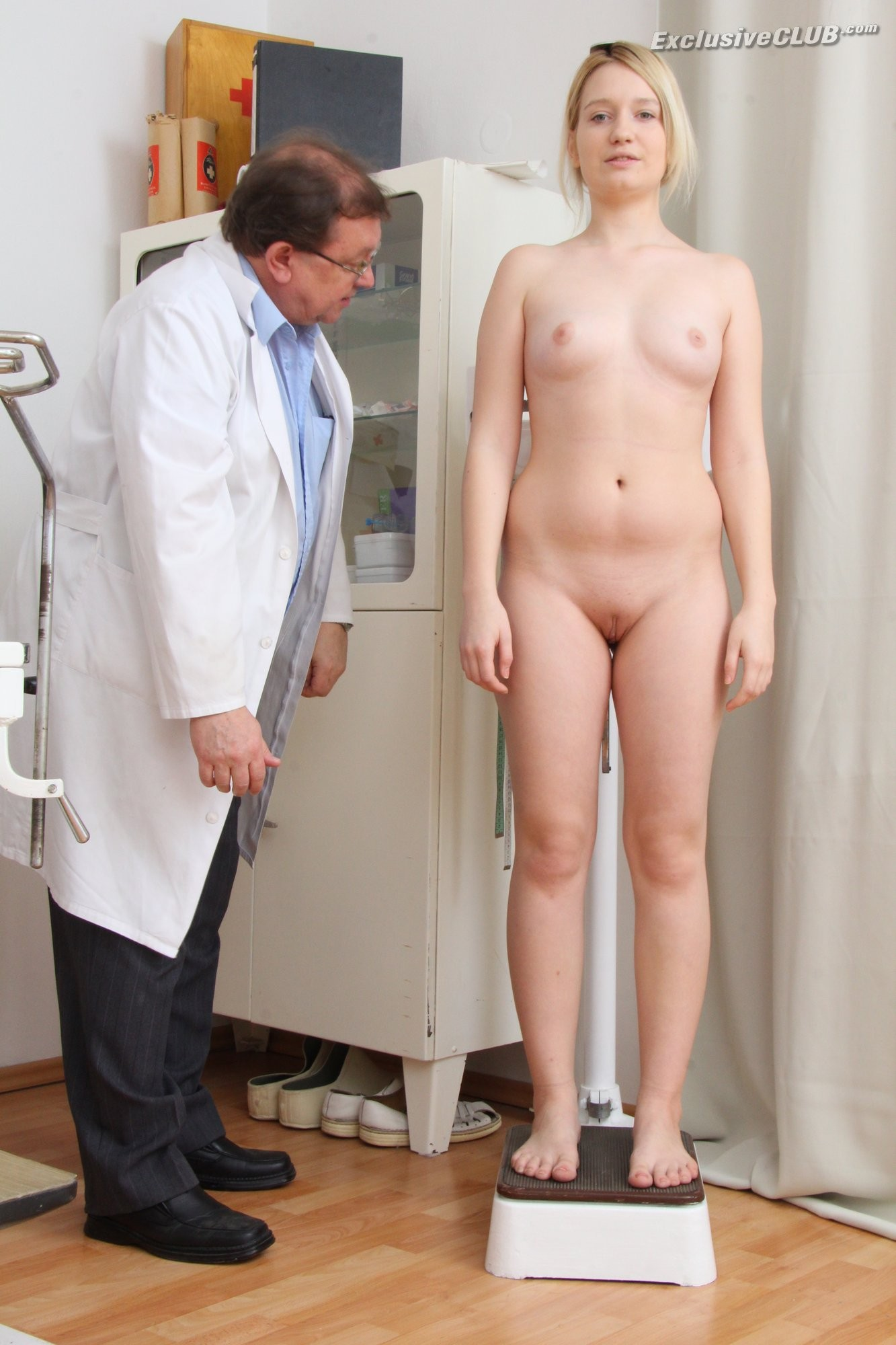 Девушка голая врача у