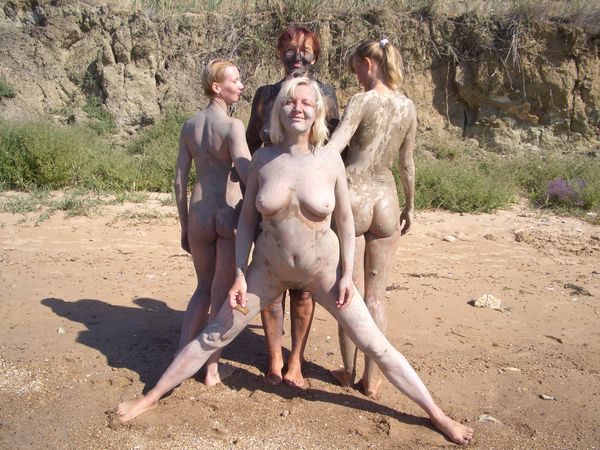 голые девушки в грязи фото