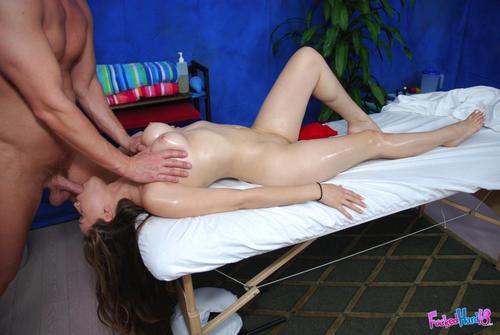 секс видеона массажном столе