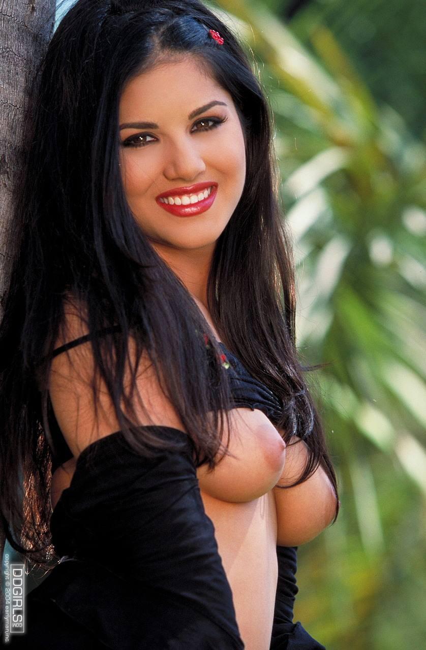 Sunny Leone en lencería negra