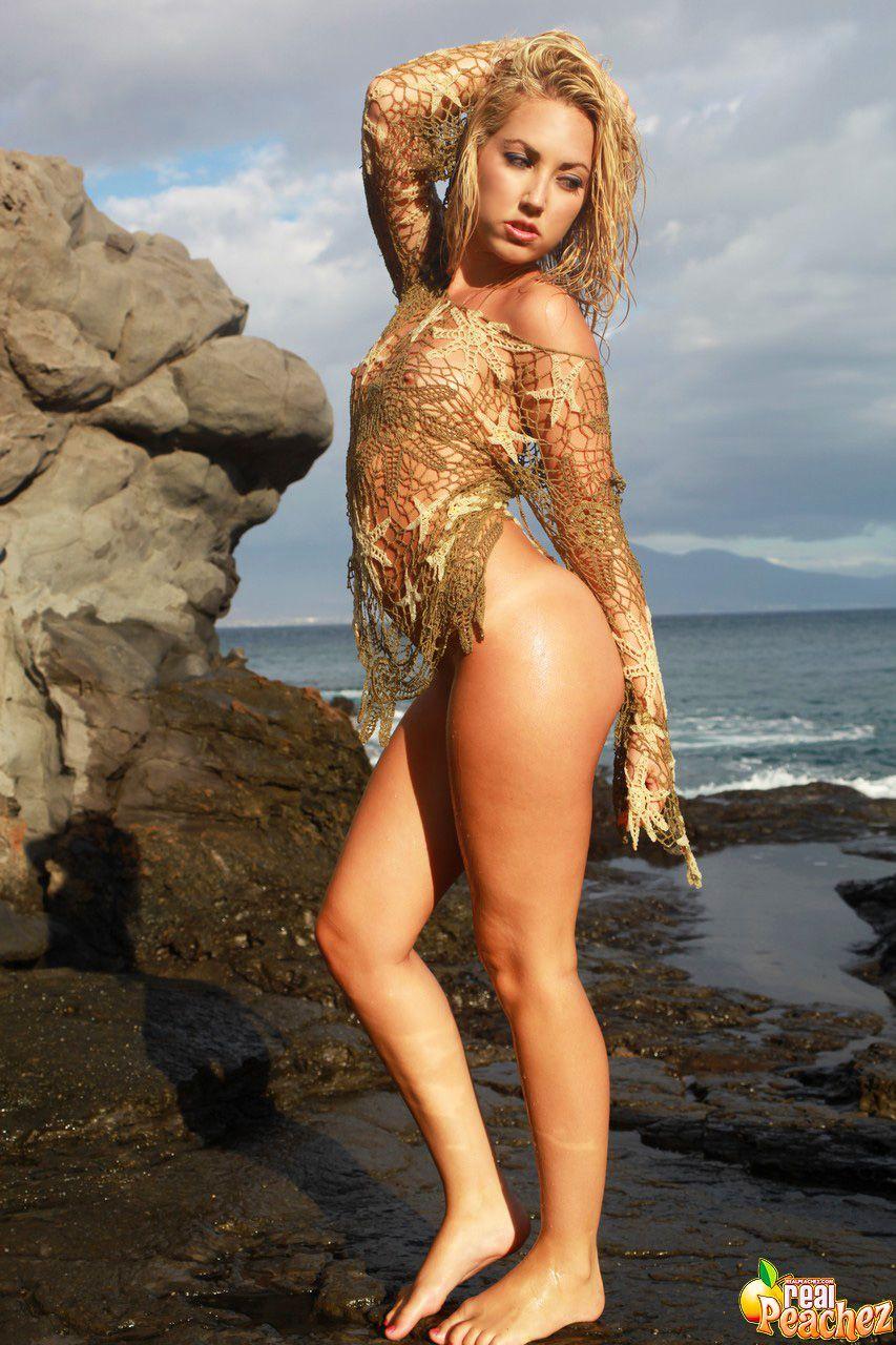 Sarah Mauinet muestra su tremendo culo en la playa