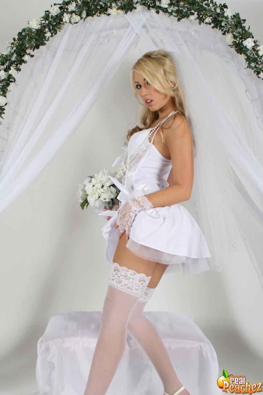 Sarah llega virgen al casamiento y juega con su vagina