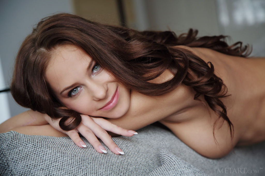 Se desnuda en la sala
